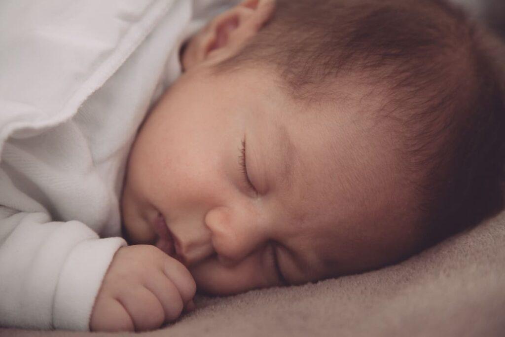 Come-abituare-il-neonato-a-dormire-nella-culla